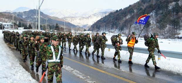 훈련병들이 완전군장으로 전술행군을 하고 있다. 사진=이헌구 기자