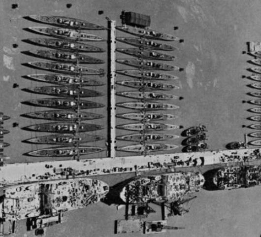 제2차 세계대전 후 미군은 일부 디젤 잠수함에 스노클을 장착해 첩보잠수함으로 활용했고 대다수는 해체했다.사진은 1946년 해체 대기 중인 미해군의 잠수함 52척 과잠수함 지원함들의 모습이며, 이 잠수함들은 선령이 4년밖에 안 된 아까운 것들이다. 필자제공