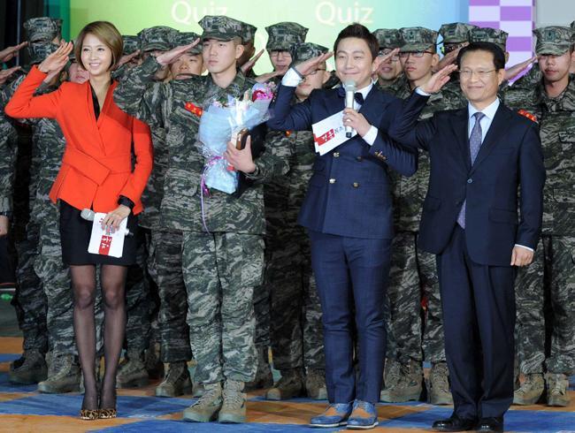 '정훈 퀴즈왕' 선발대회에 참가한 장병들이 정대현(맨오른쪽) 국방부 국방교육정책관과 함께 경례를 하고 있다.