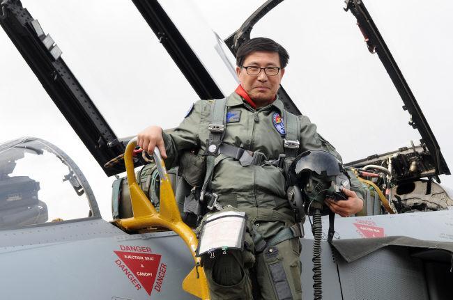 공군17전투비행단 정삼차 감독관이 F-4E 팬텀 항공기 고속 활주 탑승 체험을 마치고 전투기에서 내리고 있다.