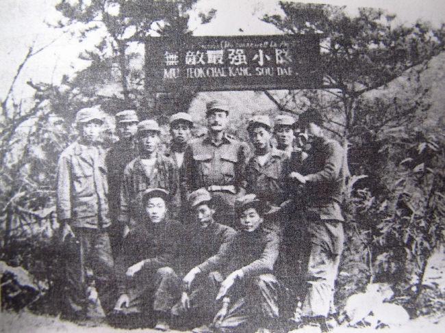 무적최강소대라는 표지앞에 선 뒤랑(가운데)와 프랑스대대 소속 한국군소대원들. 전쟁기념관 제공