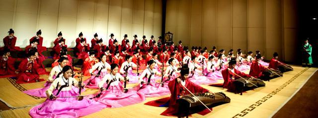 이화여자대학교 음악대학 한국음악 전공 학생들이 정기연주회를 갖고 있다.  (사)국방국악문화진흥회 제공