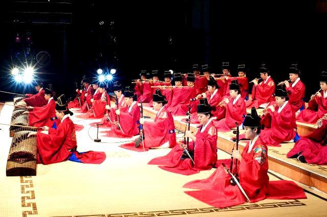 단국대학교 음악대학 국악과 학생들의 종묘제례악 연주 모습.  (사)국방국악문화진흥회 제공