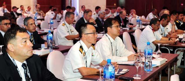 해양안보 심포지엄에 참석한 연합해군사령부 한국 해군 선임장교 이재상(맨 앞줄 왼쪽 둘째) 중령이 날로 증가하는 해양안보 위협에 어떻게 대응할 것인가에 대한 발표를 경청하고 있다.  이헌구 기자