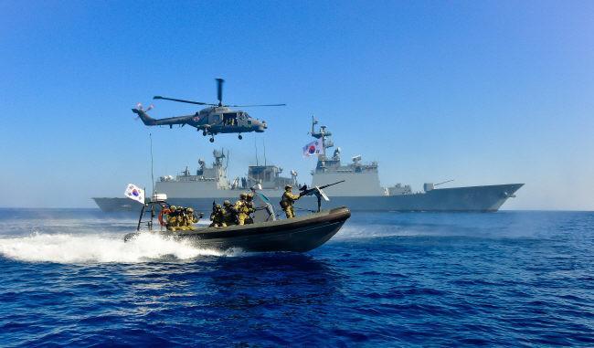 국내외 상선의 안전항해 지원을 위해 아덴만에 파병된 청해부대 17진 대조영함과 해상작전 헬기, 검문검색 대원들이 책임 해역에서 대해적작전 훈련을 전개하고 있다. 사진 제공=이종무 상사