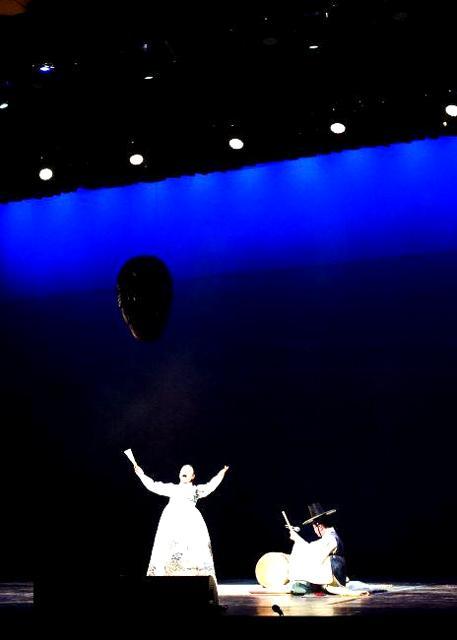 중요무형문화재인 안숙선 명창이 판소리 공연을 신명나게 펼치고 있다.     (사)국방국악문화진흥회 제공