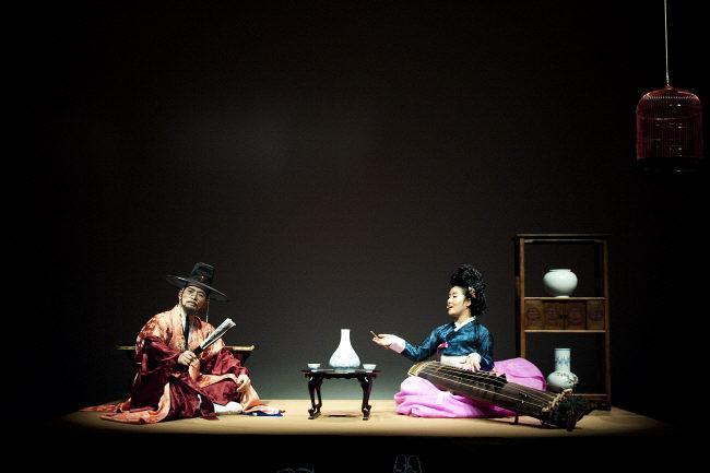 중견 가객 황숙경(오른쪽)이 정가극 공연에서 열창을 하고 있다.     (사)국방국악문화진흥회 제공