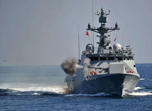 해군의 유도탄고속함(PKG)이 해상기동훈련 중 주포인 76㎜함포 사격을 하고 있다.  국방일보 DB