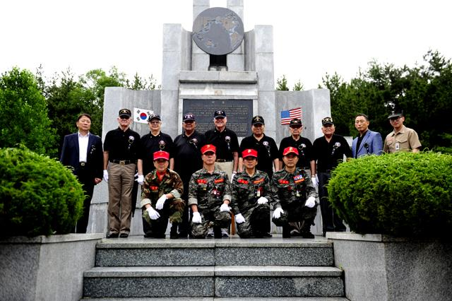 미 해병대 참전용사들이 경북 포항시 독석리에 있는 한미 해병대 충혼탑을 참배한 후 기념사진을 찍고 있다. 사진 제공=김민서 하사