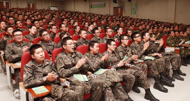 10월 27일 육군훈련소에서 진행된 모노콘서트 '아이 러브 코리아' 공연에서 장병들이 박수를 치고 있다.