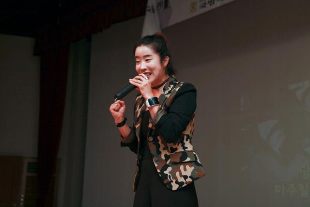 뮤지컬 배우 김나희(오른쪽) 씨는 흔치 않은 밀리터리 문양의 재킷을 입고 나와 더욱 열띤 환호를 받았고 객석을 가득 메운 훈련병들은 때론 진지하게 때론 신명 나게 노래를 따라 부르며 공연에 빠져들었다. 사진 제공=최재현 상병