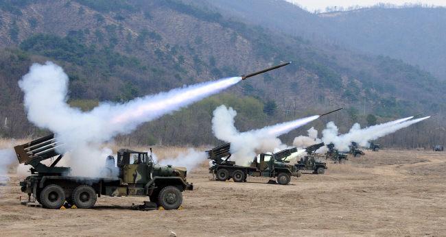 국내 최초로 연구개발된 다연장로켓 구룡이 불을 뿜고 있다. 구룡 다연장로켓은 북한의 방사포에 대응하기 위해 1970년대 후반 국내 개발을 시작해 1981년부터 실전배치됐다.   국방일보 DB