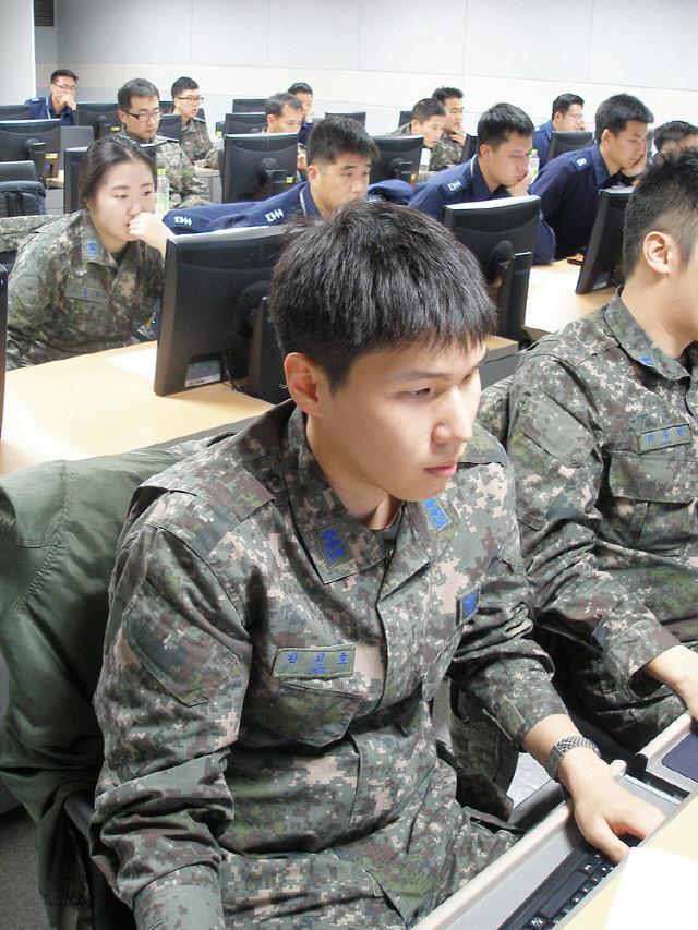 공군 장병들이 정보통신기술진흥센터가 시행하는 탑싯(TOPCIT) 시범평가에 임하고 있다. 공군본부 제공