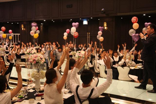 '스칼라티움'은 단순한 예식장이 아닌 복합문화공간을 추구한다. 갤러리에서는 한 해 평균 40회가 넘는 전시회가 열리고(위) 예식마다 차별화된 콘셉트를 도입해 축제 같은 결혼식을 치른다.