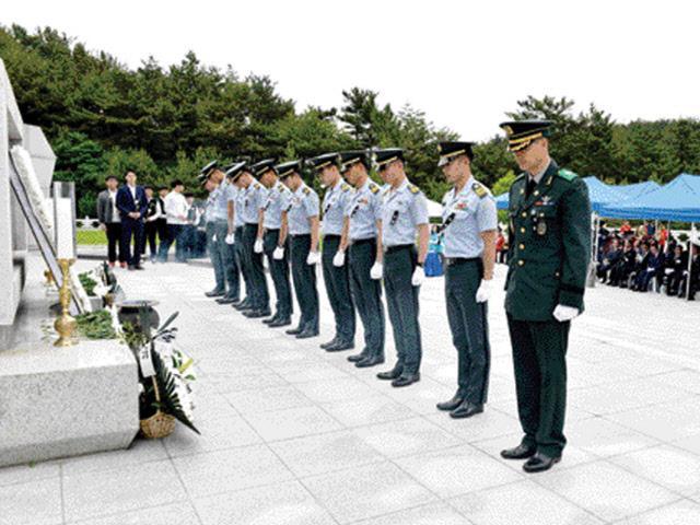 고 차성도 중위 46주기 추모제에 참석한 육군3사관학교 생도들이 헌화와 분향을 마친 후 묵념하고 있다.  추모사업회 제공