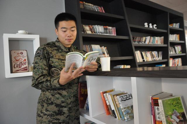 육군9공수특전여단 내 독서카페 귀성 쉼터를 찾은 한 병사가 책을 읽고 있다.
