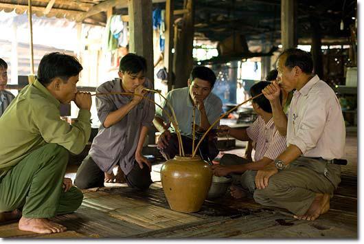 베트남 전통 술을 마시는 모습.