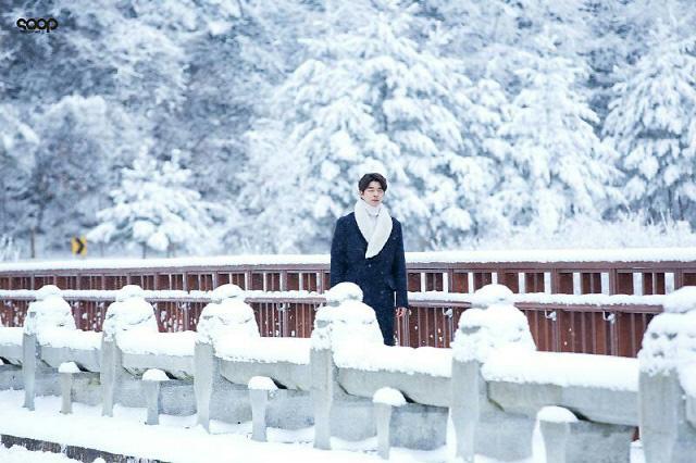 인기 드라마 '도깨비'의 주연 공유가 하얗게 눈 덮인 월정사 해탈교를 걷고 있는 모습.