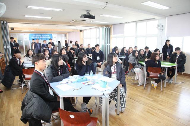한국장학재단의 대학생 재능봉사단 캠프 모습.
