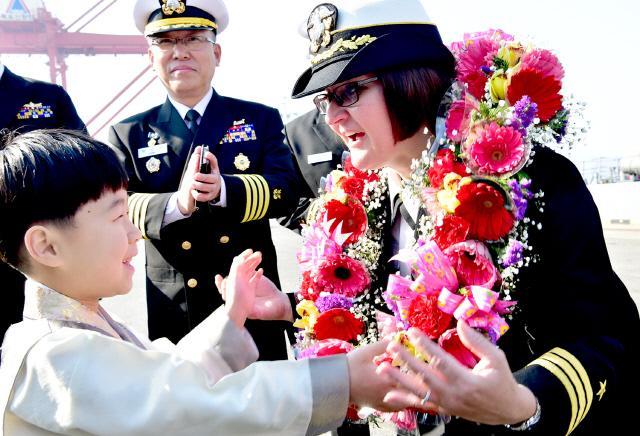 2017 독수리(FE) 훈련차 전남 목포를 방문한 미 구축함 '배리(DDG)'함의 함장 제니퍼 이튼 중령에게 화동이 꽃을 걸어주고 있다.  해군3함대 제공