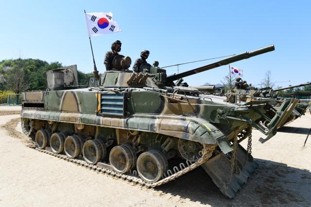 ▼ BMP-3 보병전투장갑차가 파도막이와 간이 불도저 삽날을 전개하고 있다.