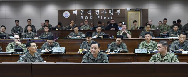 2일 해군작전사령부를 순시한 이순진(앞줄 가운데) 합참의장이 군사대비태세를 점검하고 있다.  합참 제공