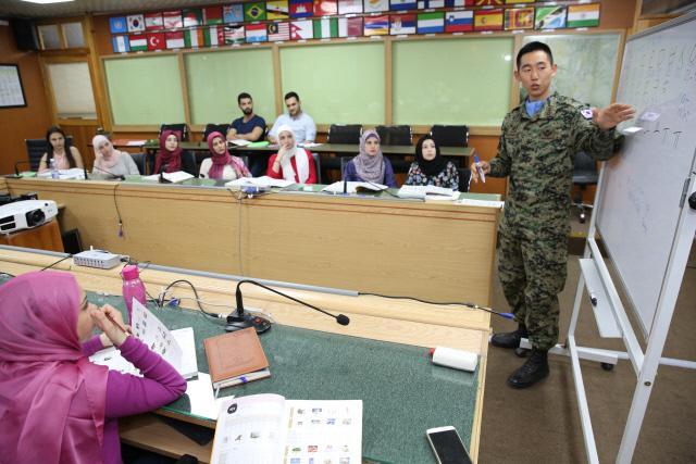 동명부대 민사장교 박성언 대위가 현지인을 대상으로 한국어 수업을 진행하고 있다. 부대제공