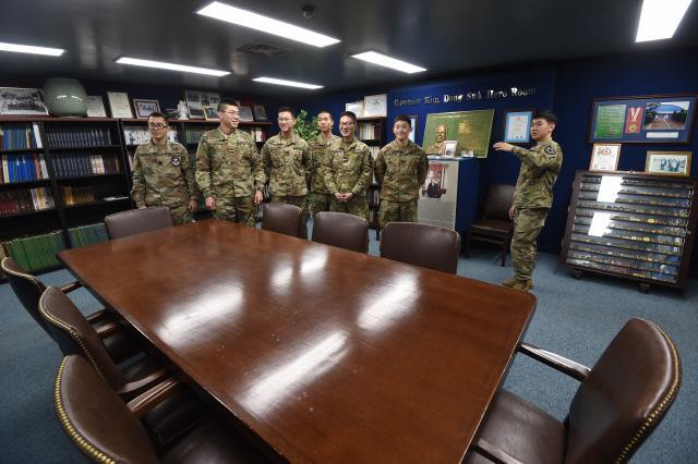 경기 의정부시 캠프 레드클라우드 내 미사단 박물관의 김동석 영웅실을 둘러보고 있는 카투사 병사들.