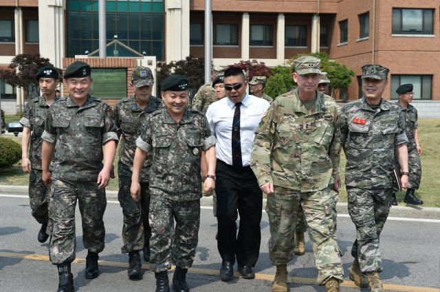 이순진(앞줄 가운데) 합참의장이 지난 16일 미 2사단·한미연합사단을 방문, 주한미군 장병들을 격려하고 있다.  합참 제공
