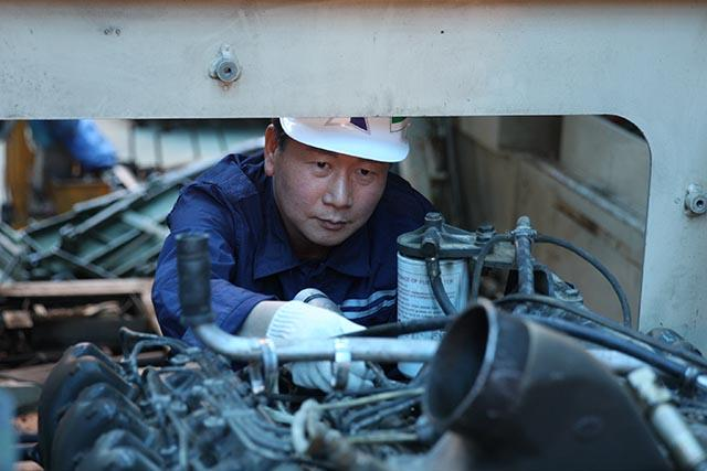 33년 한 우물… 살아있는 '軍 장갑차 정비'의 달인
