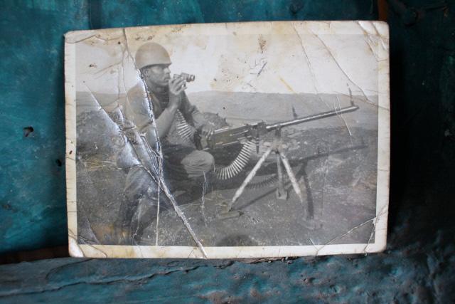 6·25전쟁에 참전한 마모 케브렛 옹이 기관총을 거치해 놓고 망원경으로 적 동향을 살피고 있다.