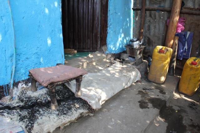 마당 앞 타데세 옹이 앉아서 쉬는 공간.