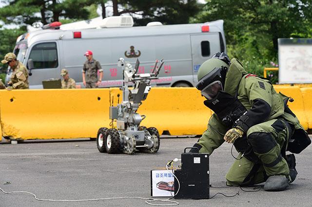 공군8전투비행단 폭발물처리반(EOD) 요원들이 8일 실시된 복합폭발물 처리 훈련에서 F6A 무인폭발물 처리 로봇을 이용해 급조폭발물을 무력화하고 있다. 사진=한재호 기자