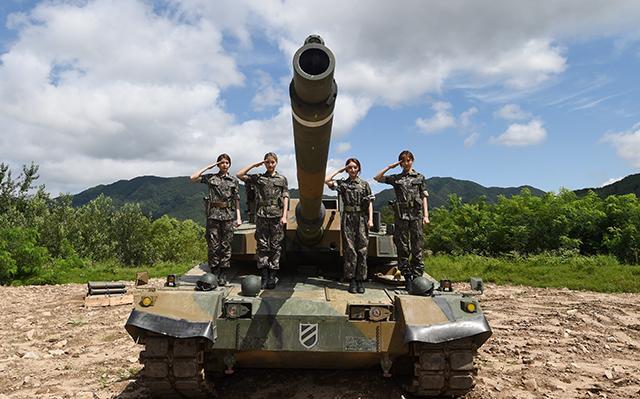 걸그룹 드림캐쳐 다미, 시연, 수아, 유현(왼쪽부터)이 지난 1일 강원도 홍천 육군11사단 기갑수색대대에서 K2 전차 기동훈련 체험에 앞서 포즈를 취하고 있다.  양동욱 기자