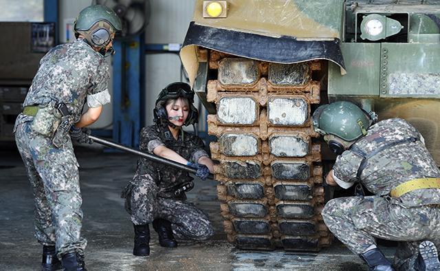 시연이 전차장과 함께 T형복스대를 활용해 K2전차 궤도 정비를 하고 있다.  양동욱 기자