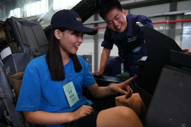'2017 공군 하늘사랑 병영캠프'에 참가한 한 여학생이 항공기 정비 현장견학 및 전투기 탑승체험을 하고 있다.  부대 제공