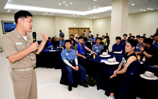 안보캠프 참가 대학생들이 해군 제주기지전대 장병들과 함께 이희완 중령(진)의 안보강의를 듣고 있다. 부대제공