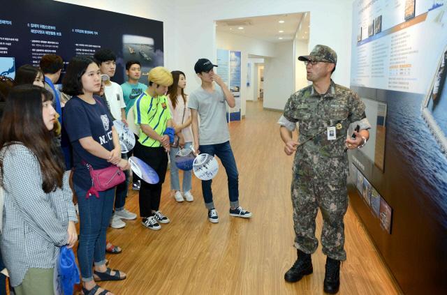안보캠프 참가 대학생들이 해군 제주기지 홍보관을 둘러보고 있다. 부대제공