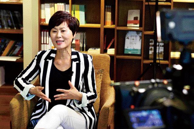 한비야 세계시민학교장이 생활관 IPTV를 통해 방영될 인성교육 영상 콘텐츠 '인생 멘토-한비야 편'을 촬영하고 있다.