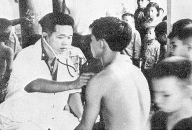 붕따우에서 대민 진료 중인 이동외과병원 군의관.