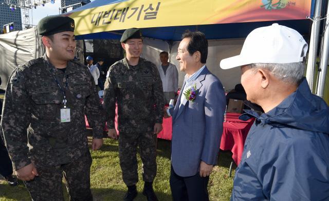 정세균(오른쪽) 국회의장이 목함지뢰 영웅 하재헌(왼쪽)·김정원 중사를 격려하고 있다.