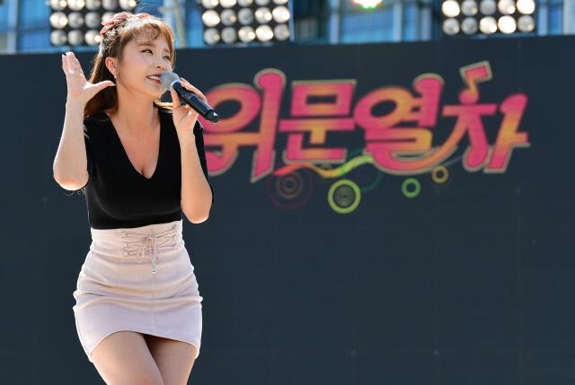 ◀ 가수 홍진영이 위문 열차 축하 공연에서 멋진 무대를 선보이고 있다.
