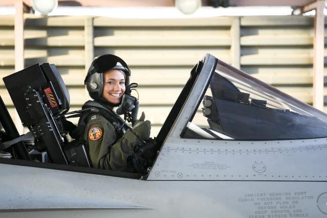 미 해군 시험비행학교(USNTPS) 소속 시험비행 조종사 메간 스테이틀러 대위가 국산 항공기 TA-50에 탑승해 시험비행을 준비하고 있다.   공군본부 제공