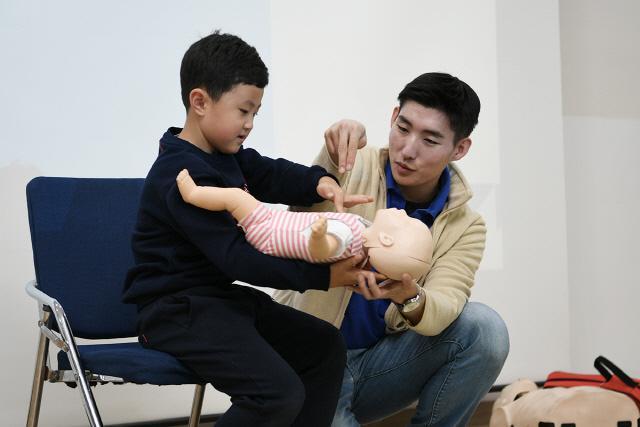 공군17전투비행단 '가족과 함께하는 심폐소생술 교육' 행사에 참가한 군인 가족들이 응급처치 실습을 하고 있다.  부대 제공