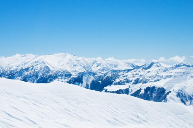 눈으로 뒤덮인 러시아 산악지대.