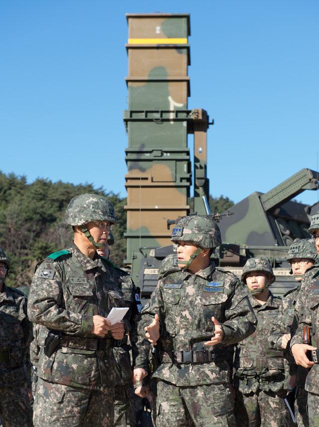 정경두 합참의장이 21일 한미 지대지 탄도미사일 동계훈련 현장을 순시해 군사대비태세를 점검하고 있다. 합참 제공