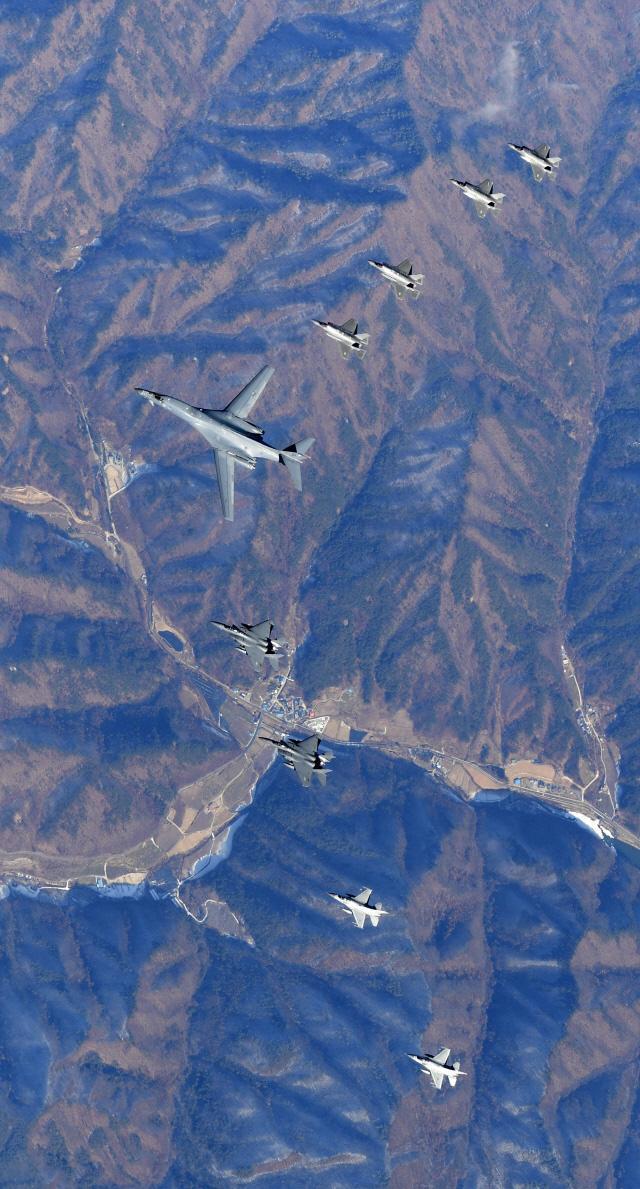 비질런트 에이스에 참가한 한국공군 F-15K·F-16과 미 공군 F-35A·B 전투기가 6일 괌에서 출격한 B-1B 전략폭격기를 엄호하며 작전 공역에서 편대비행을 하고 있다.  공군 제공