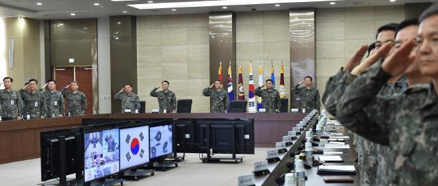 8일 서울 용산구 합동참모본부에서 개최된 전군 작전지휘관회의에서 지휘관들이 국기에 대한 경례를 하고 있다. 이날 회의에서 정경두 합참의장은 '북한의 전략적·전술적 도발을 대비해 확고한 군사적 대비태세를 완비하고 국민의 생명과 재산을 보호하기 위한 군 본연의 임무와 역할 수행에 만전을 기할 것'을 강조했다. 합참 제공