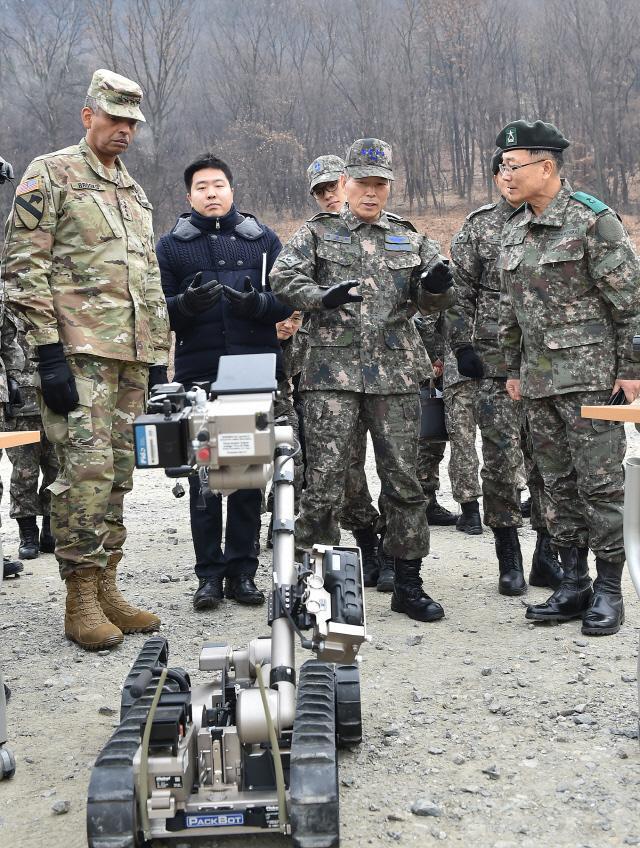 정경두(오른쪽 둘째) 합참의장과 빈센트 브룩스 연합사령관이 지난 15일 국군화생방방호사령부 훈련장을 방문해 우리 군의 화생방 방호작전 태세를 점검하고 있다. 합참 제공