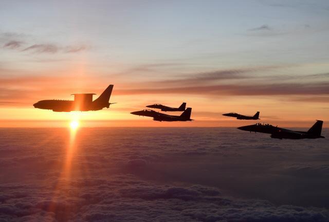정경두 합참의장이 탑승한 피스아이가 F-15K와 함께 일출을 배경으로 편대 비행을 하고 있다.  합참 제공